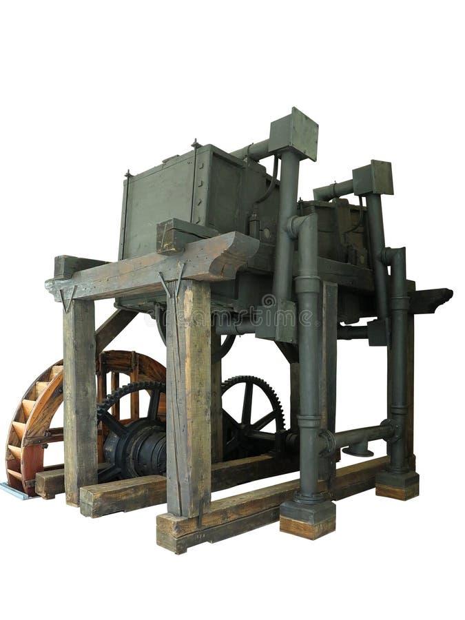 La vieille machine conduite en bois rouillée antique de roue d'eau a isolé l'ove photos stock