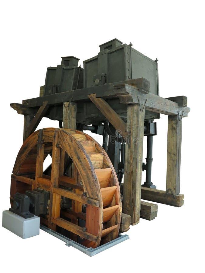 La vieille machine conduite en bois rouillée antique de roue d'eau a isolé l'ove image stock
