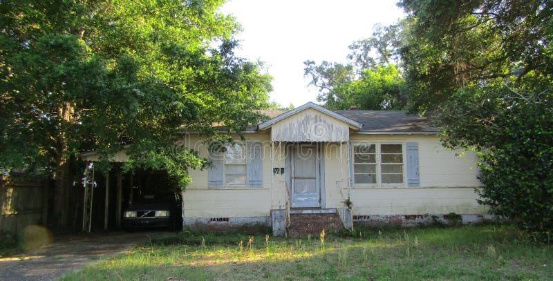 La vieille maison oubliée a laissé vide photo libre de droits
