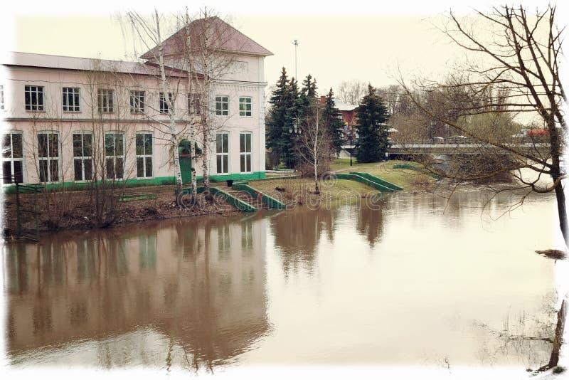 La vieille maison rose par la rivière photographie stock libre de droits