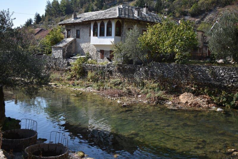 La vieille maison turque sur la rivière de Bregava, la ville de Stolac photos libres de droits