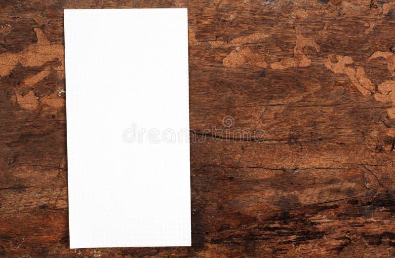 La vieille page a déchiré du carnet sur la texture en bois photos stock