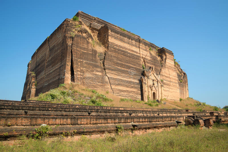 Download La Vieille Pagoda Géante Pahtodawgyi De Plate-forme S'est Brisée Par Le Tremblement De Terre Mingun, Myanmar Photo stock - Image du ensoleillé, bleu: 87707456