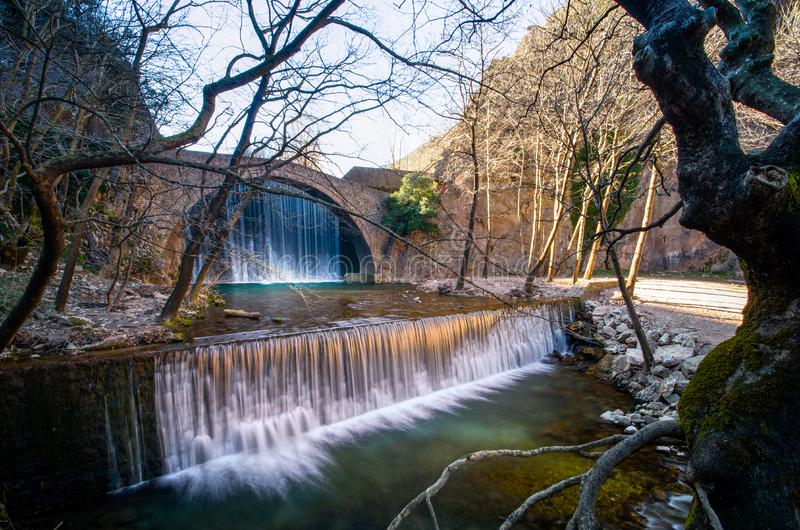 La vieille pierre de Paleokarya a arqué le pont entre deux cascades Préfecture de Trikala, Grèce photos stock