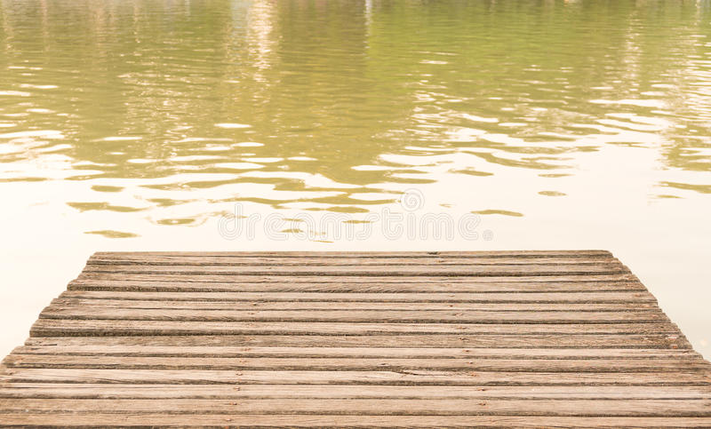 La vieille plate-forme de pont en bois à l'étang image stock