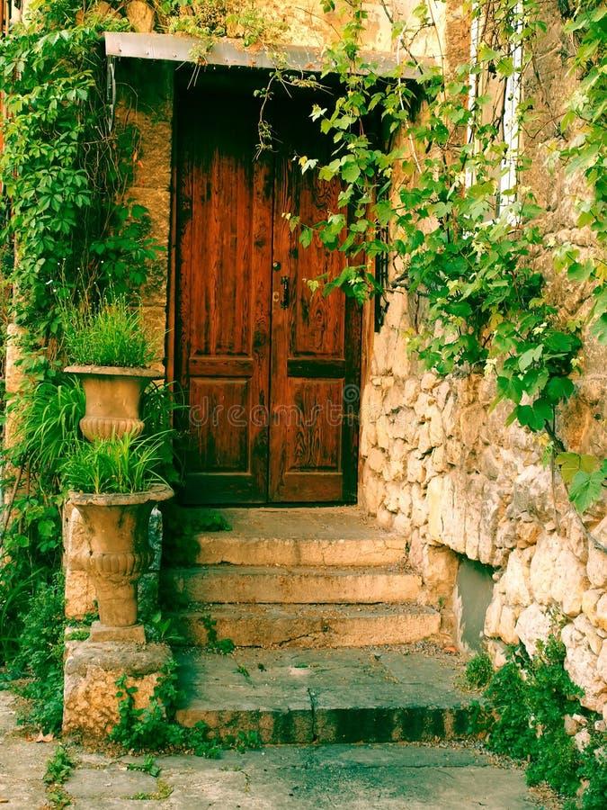 La vieille porte en bois d'une maison image stock