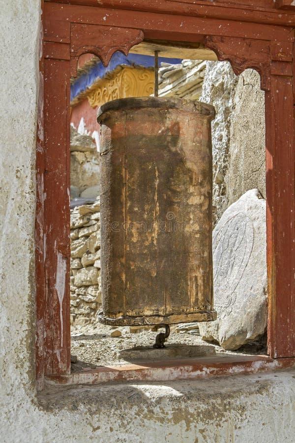 La vieille prière tibétaine roulent dedans Ladakh, Inde image stock