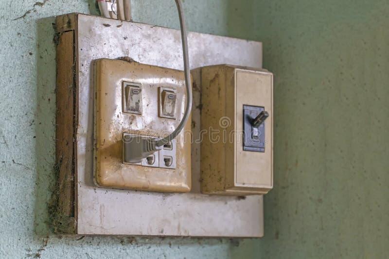La vieille prise électrique à côté du mur crème photos libres de droits