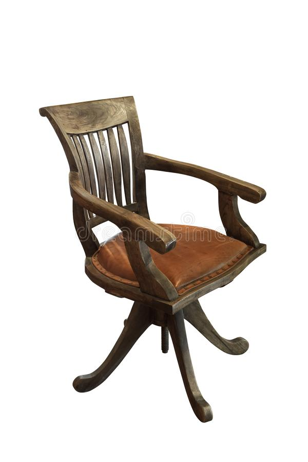 La vieille rétro chaise avec du bois brun et a un siège en cuir d'isolement sur le fond blanc photos libres de droits