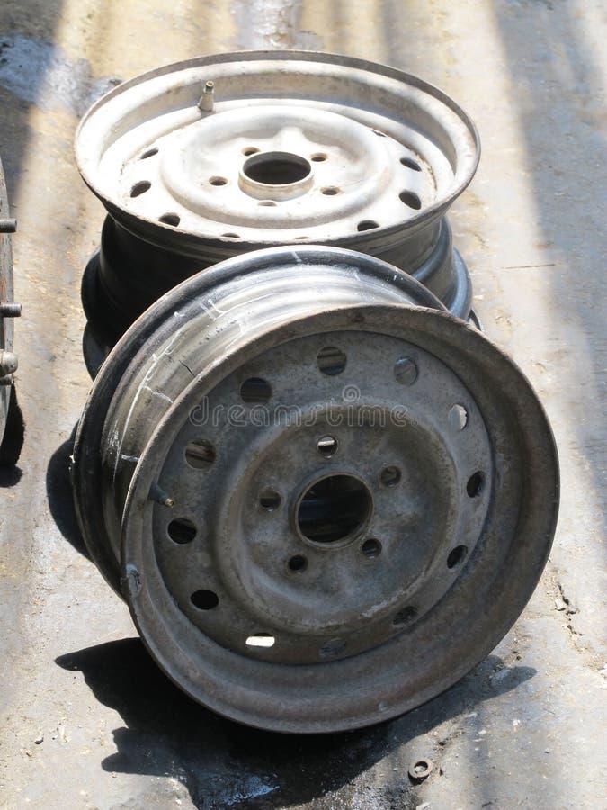 La vieille roue de voiture, a utilisé la roue d'alliage photos stock