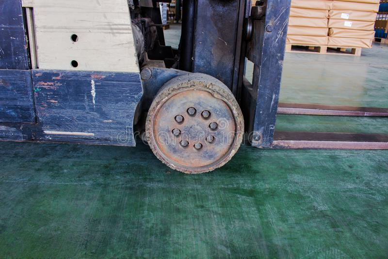 La vieille roue du petit chariot élévateur, doit être fixe photos stock