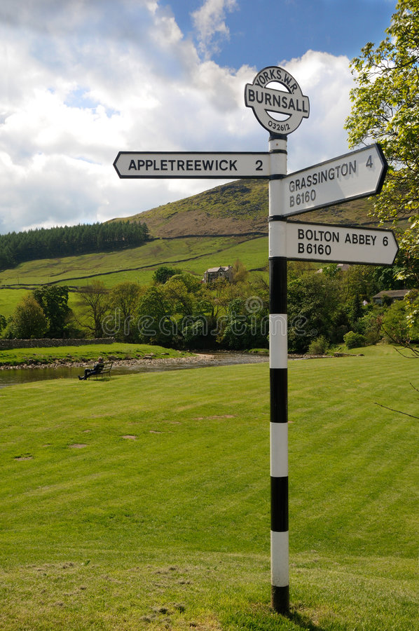 La vieille route signent dedans Burnsall photos stock