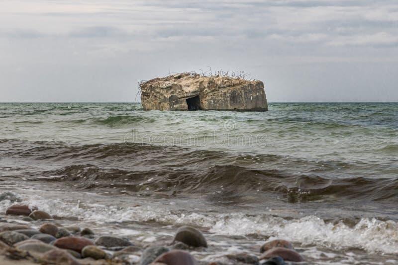 La vieille soute allemande est rincée en mer de la côte baltique image libre de droits