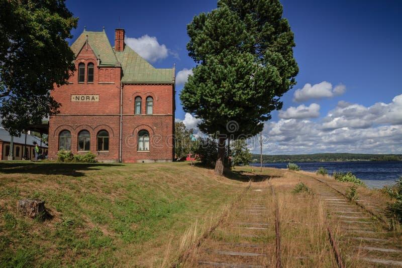 La vieille station de train sur le rivage de lac en Nora Sweden images stock