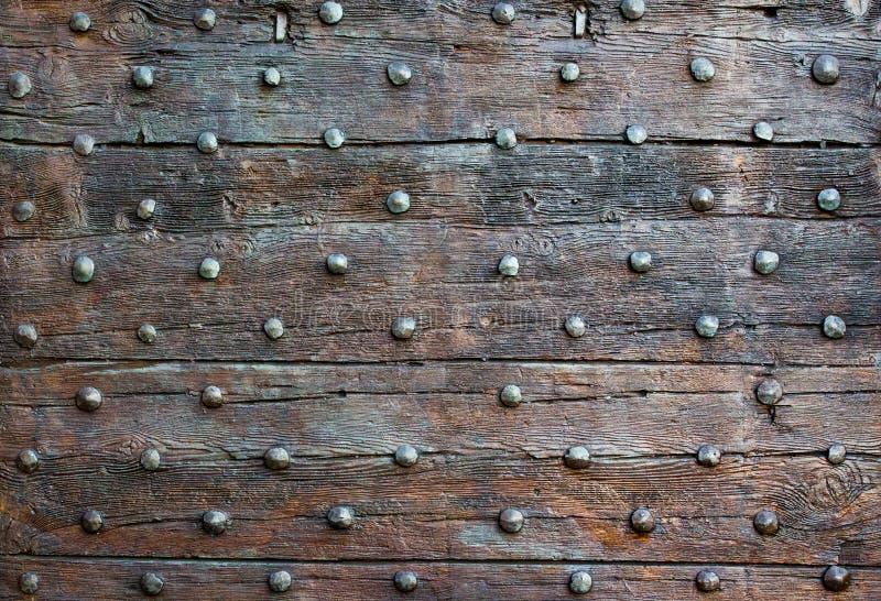 La vieille surface en bois avec des boutons en métal image stock