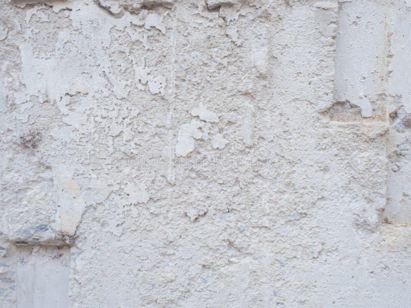 La vieille texture blanche grunge rocailleuse de mur de plâtre photos libres de droits