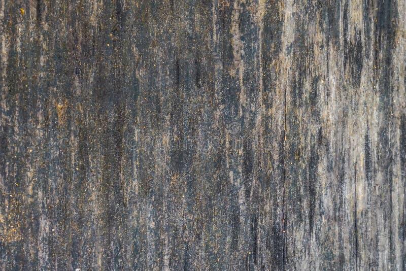 La vieille texture en bois avec les modèles et les fissures naturels sur la surface comme fond Obscurcissez du centre image libre de droits