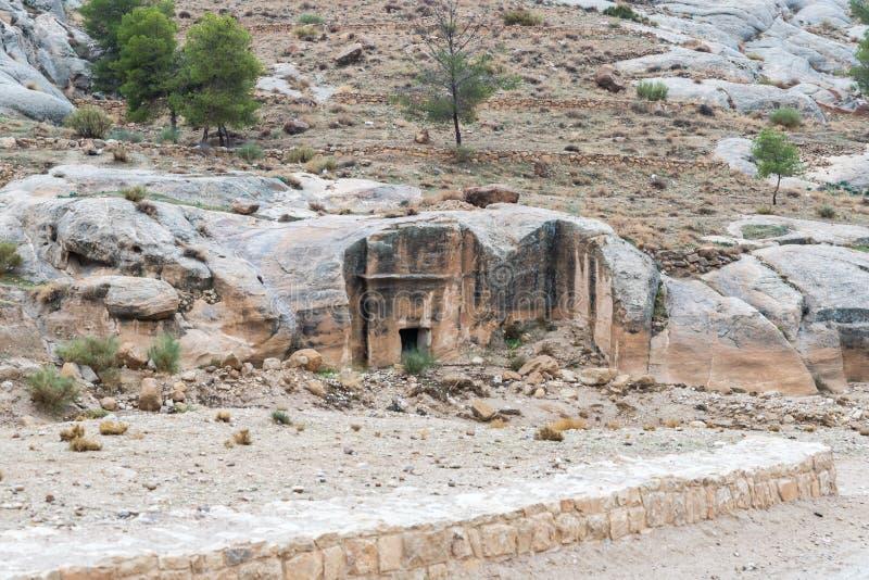 La vieille tombe au début de la route menant à PETRA - la capitale du royaume de Nabatean en ville de Wadi Musa en Jordanie images libres de droits