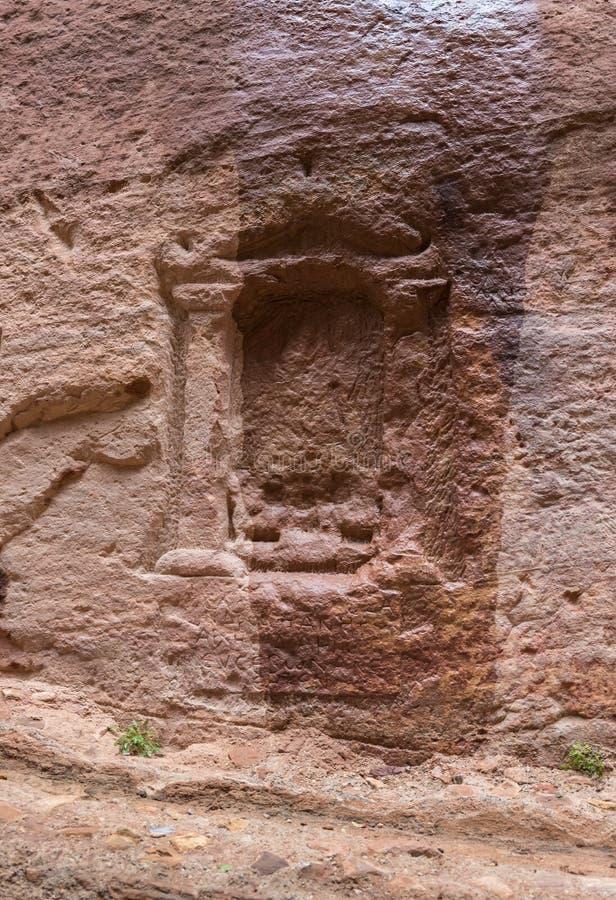 La vieille tombe de Nabatean au canyon menant à PETRA - la capitale du royaume de Nabatean en ville de Wadi Musa en Jordanie image stock