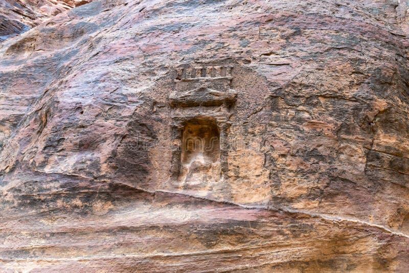 La vieille tombe de Nabatean au canyon menant à PETRA - la capitale du royaume de Nabatean en ville de Wadi Musa en Jordanie photos libres de droits