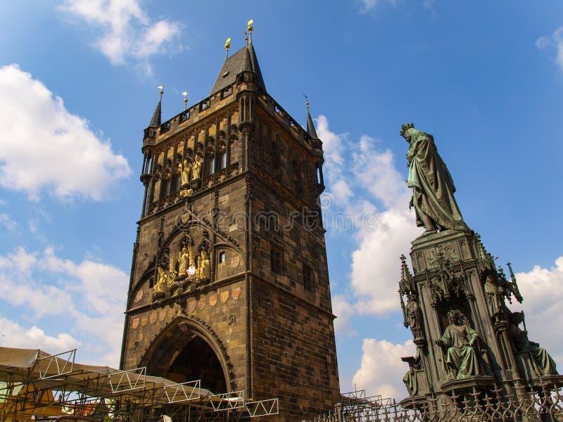 La vieille tour de pont de ville et le monument de Charles la 4ème à Prague, République Tchèque photographie stock