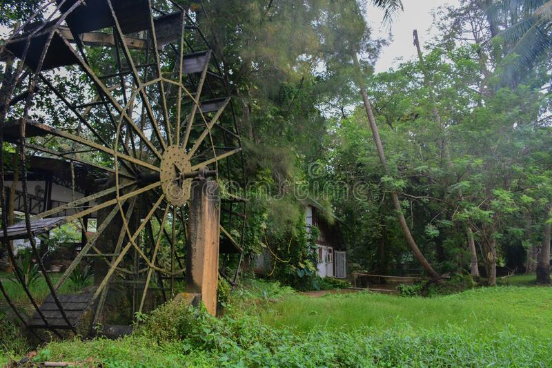La vieille turbine en acier de l'eau, style thaïlandais dans une forêt photo stock