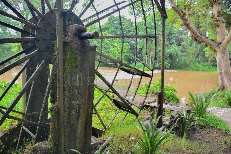 La vieille turbine en acier de l'eau, style thaïlandais dans une forêt photos libres de droits