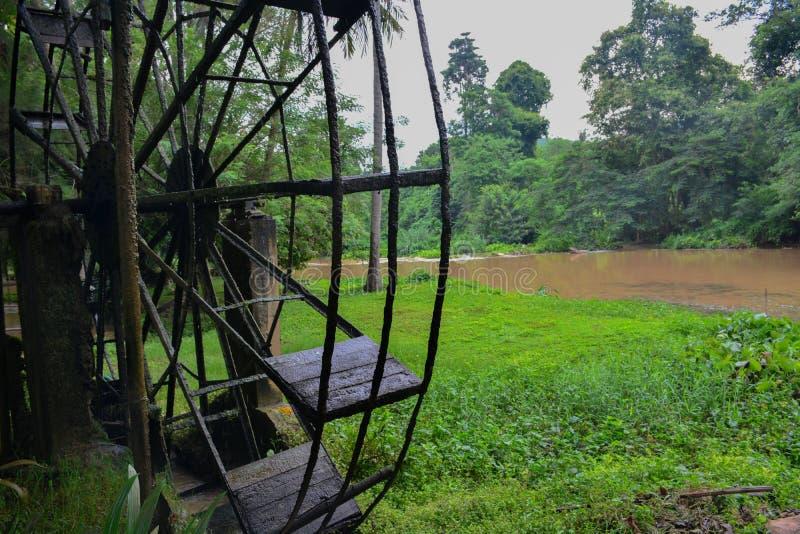 La vieille turbine en acier de l'eau, style thaïlandais dans une forêt photos stock