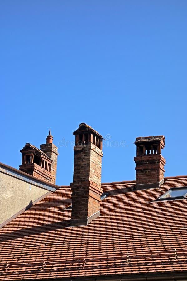 La vieille ville couvre les cheminées couvertes antiques photographie stock libre de droits