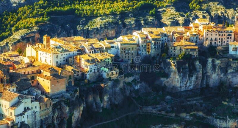 La vieille ville de Cuenca a situé sur le dessus des roches, La Mancha, Espagne de la Castille photos libres de droits
