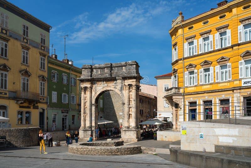 La vieille ville de Pula, l'Arc de Triomphe du Sergi au centre de la place Portarata, Croatie photo libre de droits