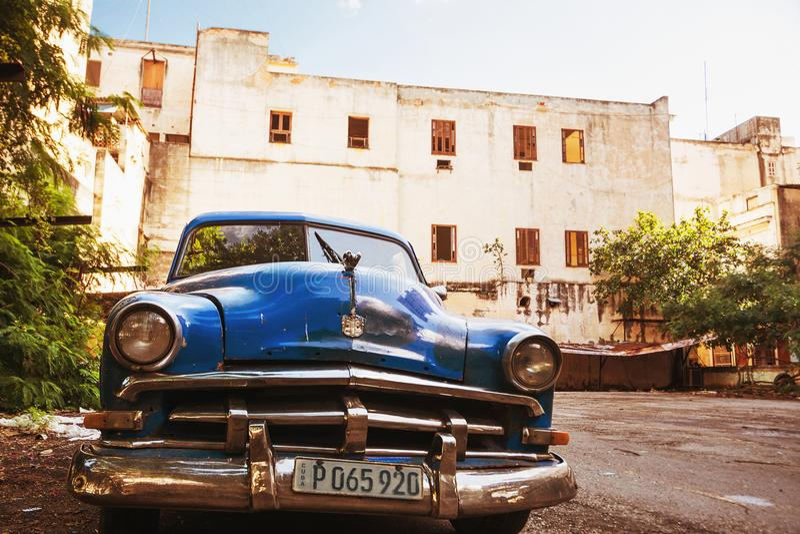 La vieille voiture américaine bleue a garé à vieille la Havane photographie stock