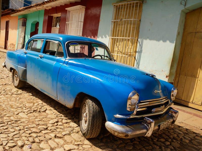 La vieille voiture américaine a garé sur la rue du Trinidad photo libre de droits