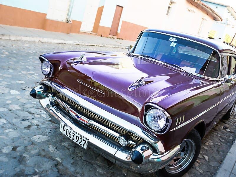 La vieille voiture américaine a garé sur la rue du Trinidad image stock