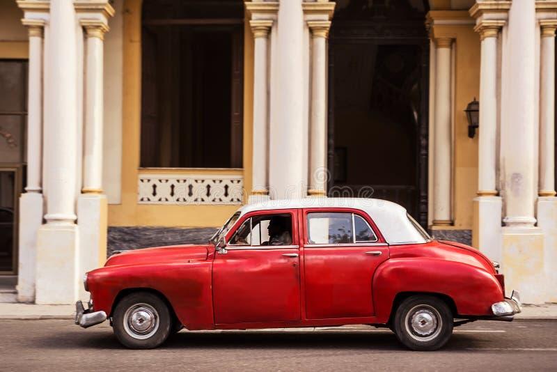 La vieille voiture classique a garé sur une rue à vieille La Havane photographie stock