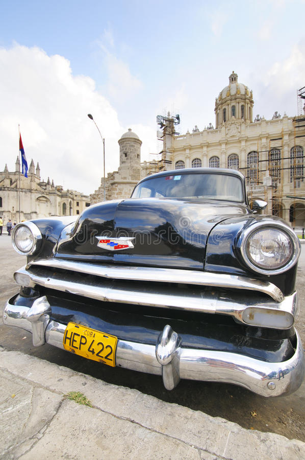 La vieille voiture a garé devant le musée de révolution à La Havane, Cuba photographie stock libre de droits