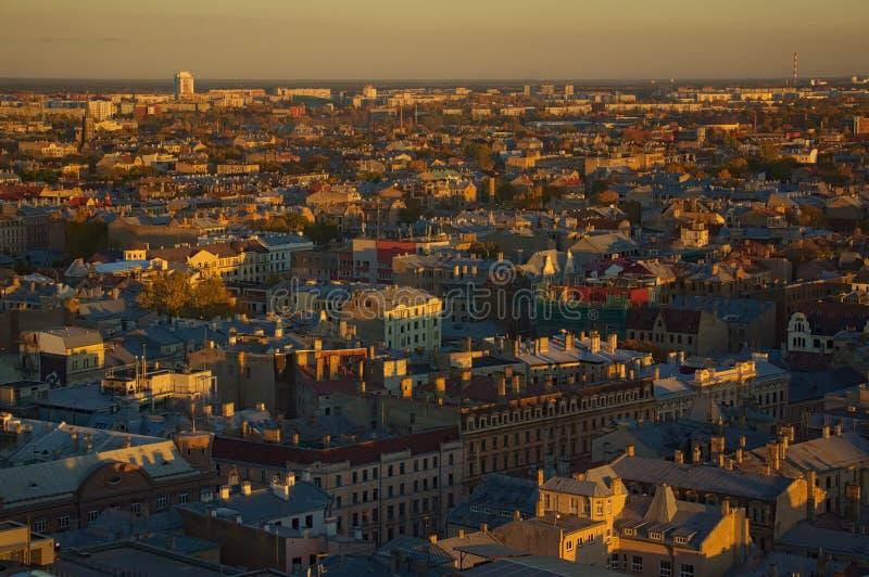 La vieille vue ensoleillée de ville images stock