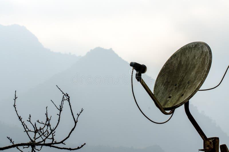 La vieja antena parabólica en la montaña imagen de archivo libre de regalías