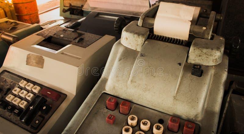 La vieja caja registradora antigua, las máquinas sumadoras o la antigüedad calculan imagen de archivo