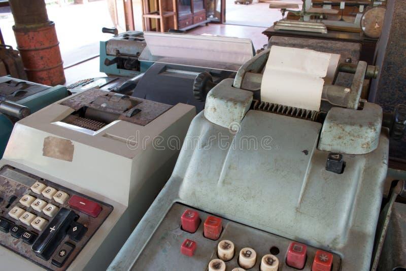 La vieja caja registradora antigua, las máquinas sumadoras o la antigüedad calculan fotografía de archivo libre de regalías