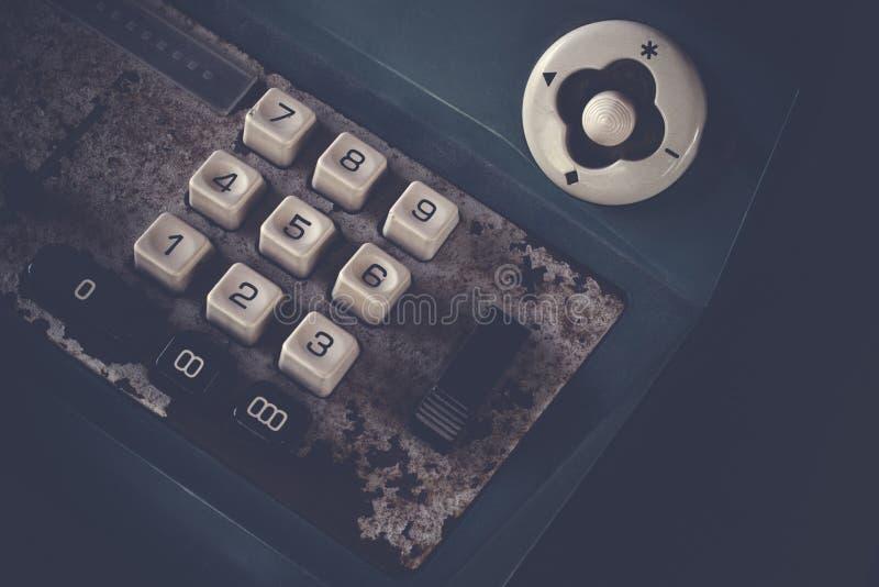La vieja caja registradora antigua, las máquinas sumadoras o la antigüedad calculan en colmado viejo imagen de archivo libre de regalías