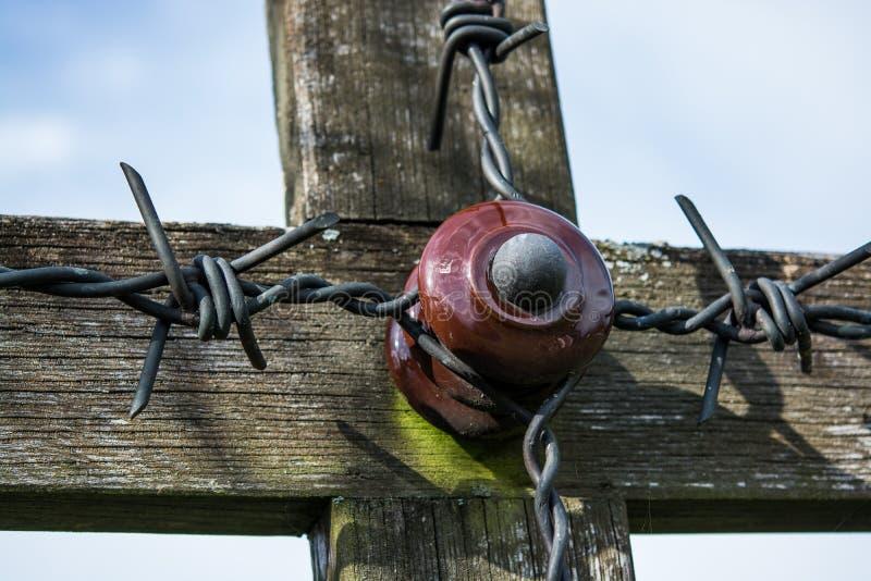 La vieja cruz hizo de la madera un cementerio militar imágenes de archivo libres de regalías