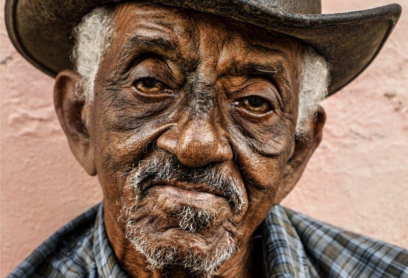 La vieja derecha cubana mira en la cámara foto de archivo