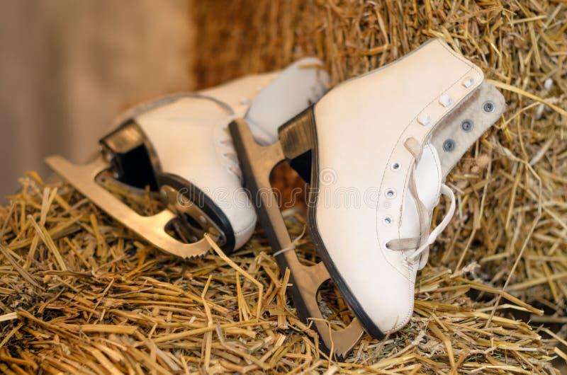 La vieja figura patines y la guirnalda de la Navidad se enciende en viejo woode oscuro fotos de archivo
