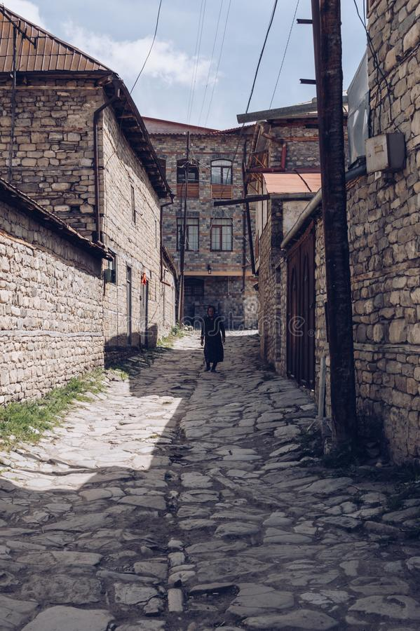 La vieja mujer de Azerbaijan está caminando en la calle fotos de archivo libres de regalías