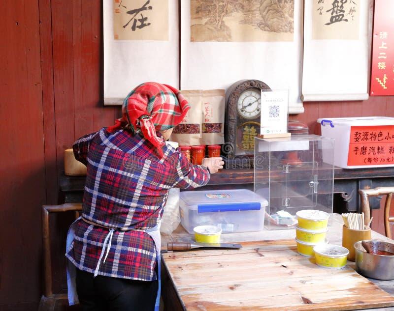 La vieja mujer del pueblo hizo el bocado chino tradicional, imagen del rgb del adobe foto de archivo