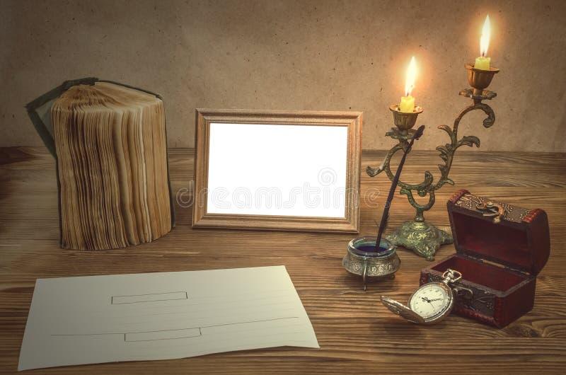 La vieja página de la letra De nuevo a escuela memorias Marco de la foto con el espacio de la copia Concepto de la tabla del escr imagen de archivo