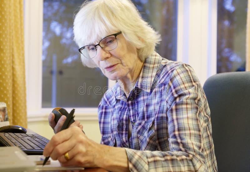 La vieja persona mayor mayor que aprende el ordenador y las habilidades en línea de Internet de la pensión y de las actividades b imagen de archivo