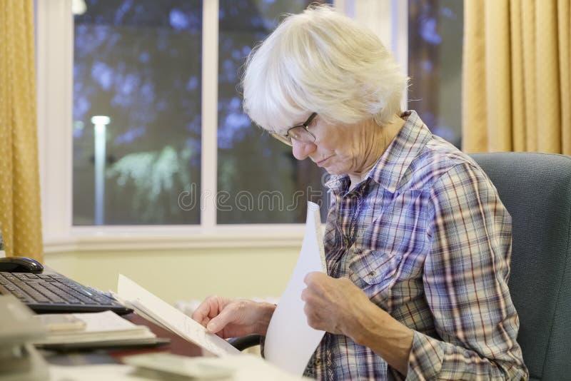 La vieja persona mayor mayor que aprende el ordenador y las habilidades en línea de Internet de la pensión y de las actividades b fotos de archivo libres de regalías
