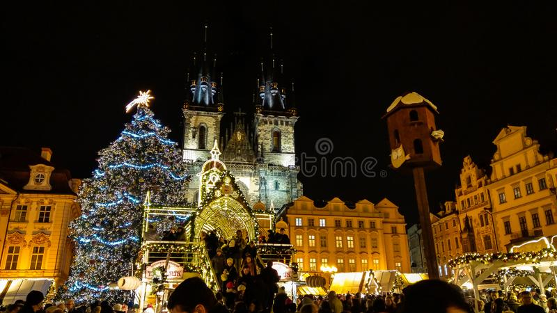 La vieja plaza en Praga en el tiempo de la Navidad con el mercado foto de archivo libre de regalías